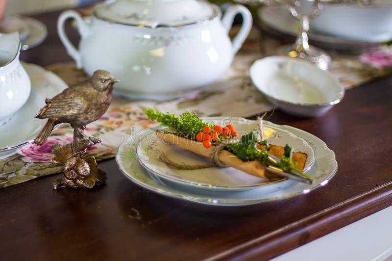 Tabla de madera fijada para la cena festiva foto de archivo