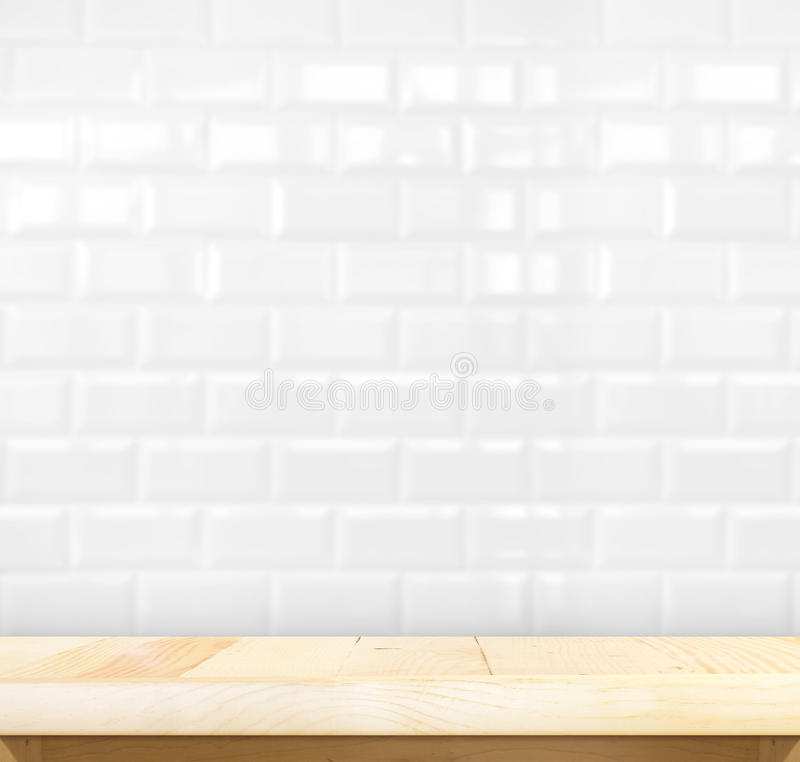 Tabla de madera ligera vacía y de la baldosa cerámica de la pared de ladrillo parte posterior blanca adentro foto de archivo libre de regalías