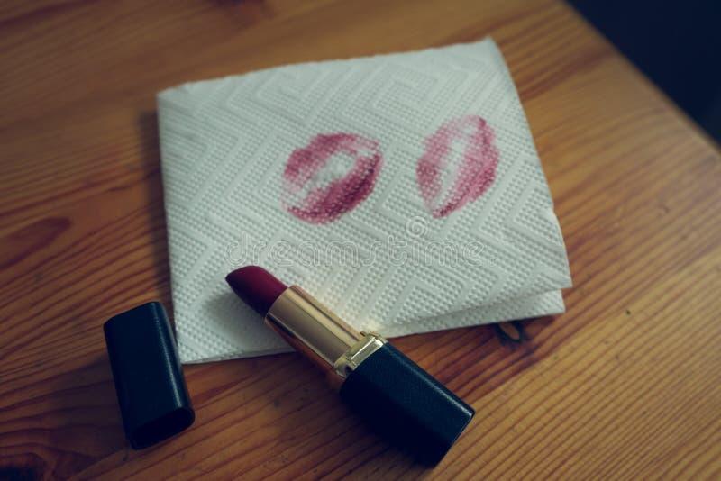 Tabla de madera lipstic roja de los cosméticos imagen de archivo