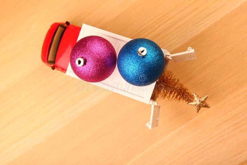 Tabla de madera miniatura del árbol de abeto del juguete del coche del Año Nuevo de la bola roja del juguete fotografía de archivo libre de regalías