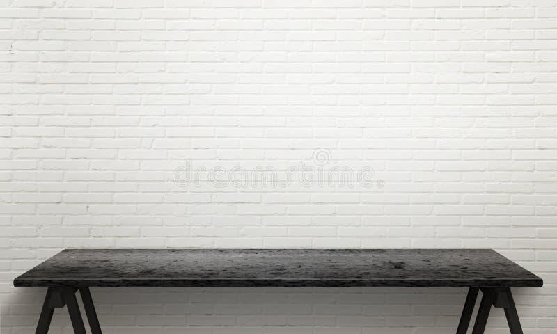 Tabla de madera negra con las piernas Textura blanca de la pared de ladrillo en fondo imagen de archivo