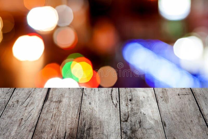 tabla de madera sobre el fondo borroso para la demostración su producto en imagen imagen de archivo