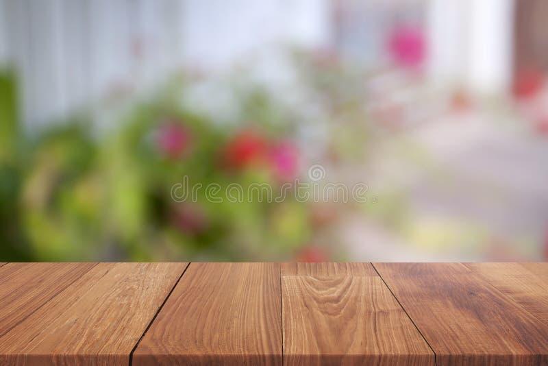 tabla de madera sobre el fondo borroso para la demostración su producto en imagen fotografía de archivo