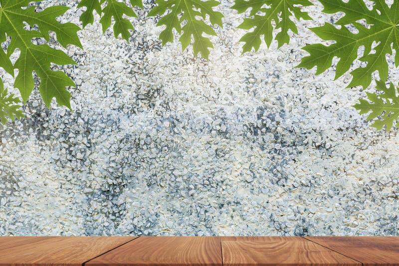 tabla de madera sobre el fondo borroso para la demostración su producto en imagen imágenes de archivo libres de regalías