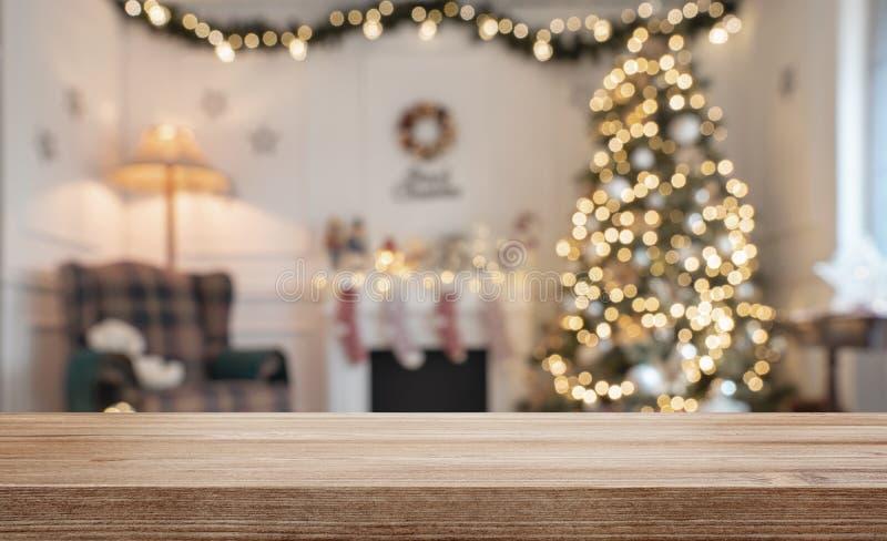 Tabla de madera sobre fondo defocused de la Navidad foto de archivo libre de regalías