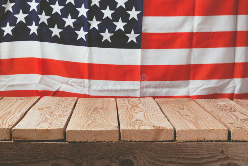 Tabla de madera sobre la bandera de los E.E.U.U. para la 4ta de la celebración de julio imagenes de archivo