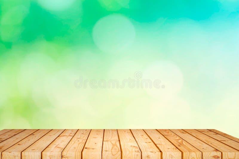 Tabla de madera vacía con el bokeh del jardín para un abastecimiento o un fondo con un tema al aire libre del país, mofa de la co fotos de archivo