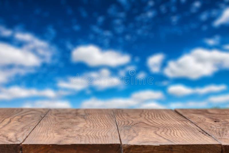Tabla de madera vacía con el cielo en fondo foto de archivo