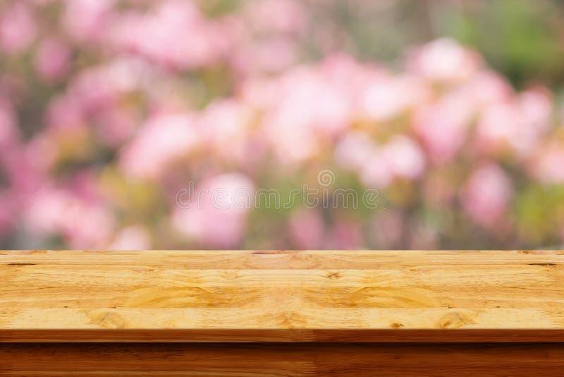 Tabla de madera vacía con el fondo borroso del pibk imagenes de archivo