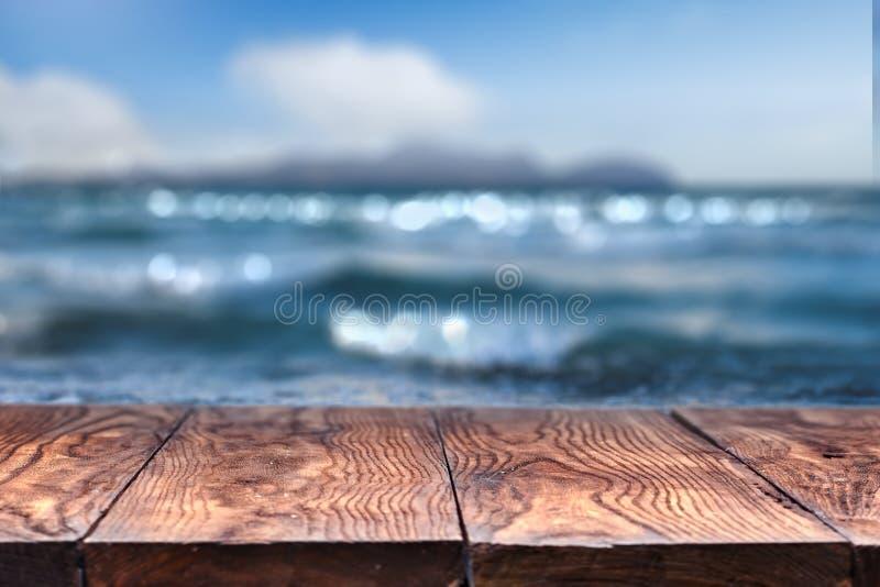 Tabla de madera vacía con el mar en fondo imágenes de archivo libres de regalías