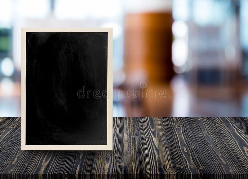 Tabla de madera vacía con la pizarra en fondo de la falta de definición del restaurante fotos de archivo