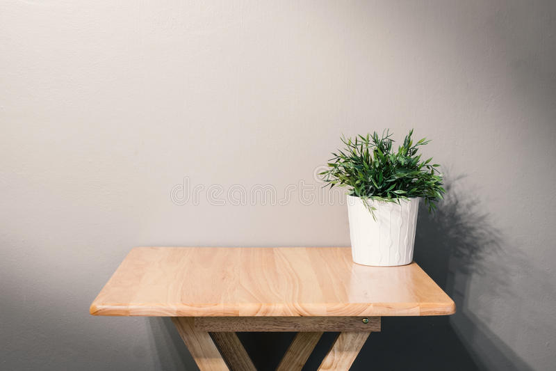 Tabla de madera vacía con la planta de tiesto imagen de archivo