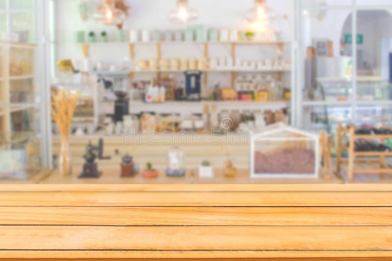 Tabla de madera vacía con la vista delantera borrosa del restaurante o de la cafetería del café en el hotel fotografía de archivo