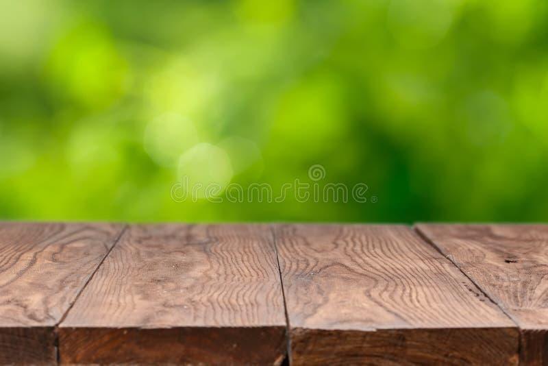 Tabla de madera vacía contra fondo verde fotografía de archivo