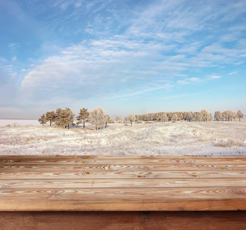 Tabla de madera vacía contra un paisaje del invierno fotos de archivo libres de regalías