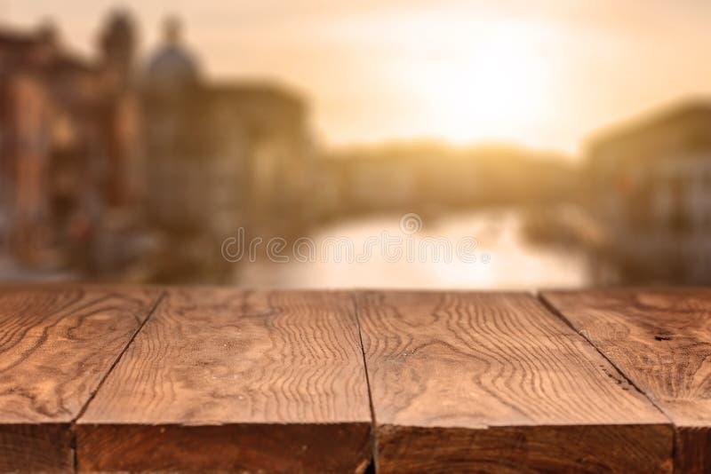 Tabla de madera vacía contra Venecia fotos de archivo libres de regalías