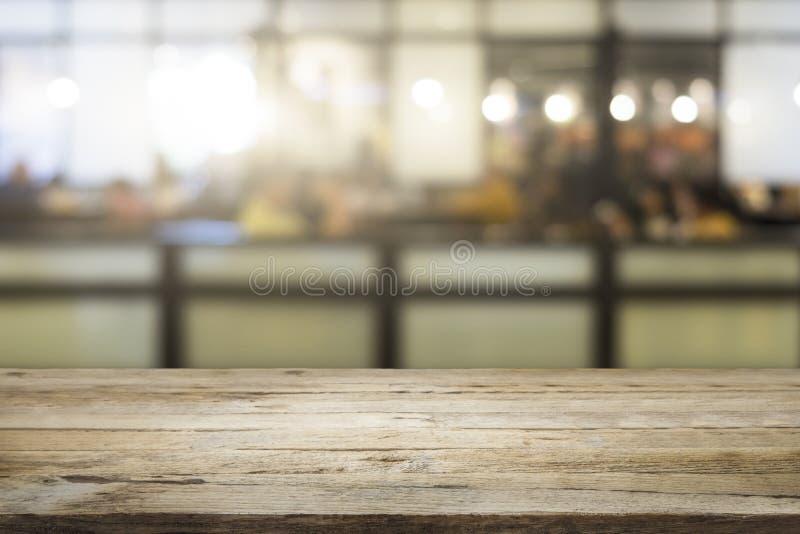 Tabla de madera vacía del negocio para el actual producto en cafetería fotos de archivo libres de regalías