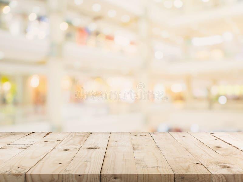 Tabla de madera vacía e imagen de fondo borrosa falta de definición del supermercado foto de archivo libre de regalías