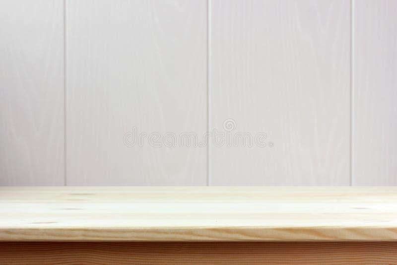 Tabla de madera vacía en fondo ligero espacio para su objeto imagen de archivo