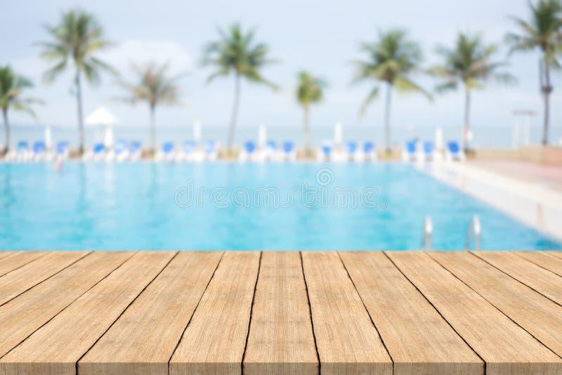 Tabla de madera vacía en frente con el fondo borroso de la natación imágenes de archivo libres de regalías