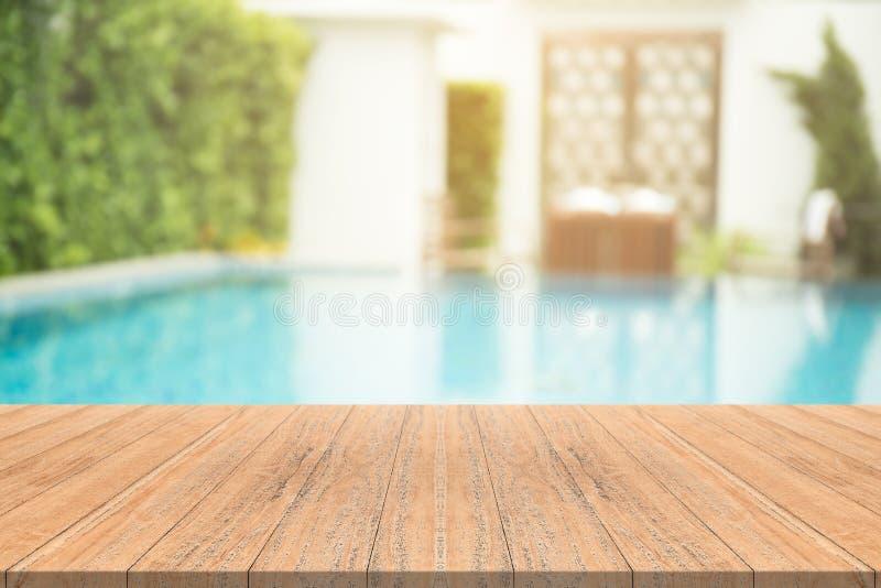 Tabla de madera vacía en frente con el fondo borroso de la natación fotos de archivo libres de regalías