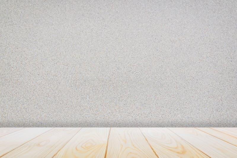 Tabla de madera vacía de la cubierta sobre terrazo inconsútil del modelo de mármol superficial de la piedra en el fondo de la par fotos de archivo