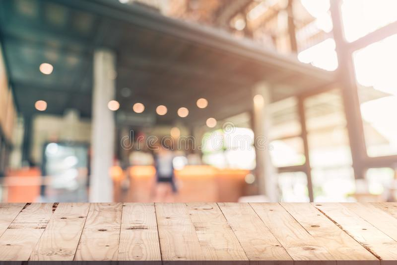 Tabla de madera vacía y fondo borroso: Cliente en el sho del café imagen de archivo libre de regalías
