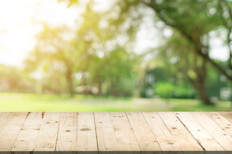 Tabla de madera vacía y fondo defocused del bokeh y de la falta de definición de Gard fotos de archivo
