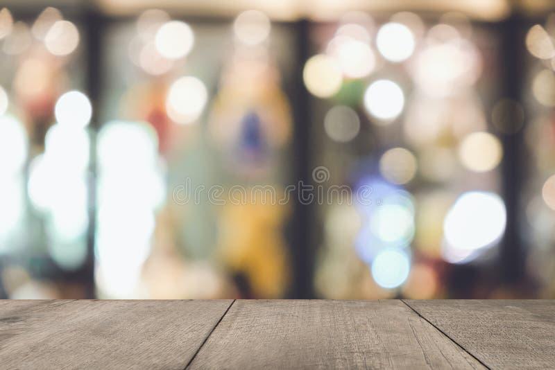Tabla de madera vac?a de marr?n en fondo colorido borroso frente, para la presentaci?n y el producto y la plantilla de la publici imagenes de archivo