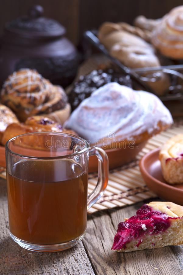 Tabla de madera vieja con té en vidrios fotos de archivo libres de regalías