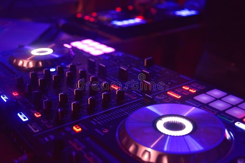 Tabla de mezcla del disc jockey con las luces foto de archivo libre de regalías