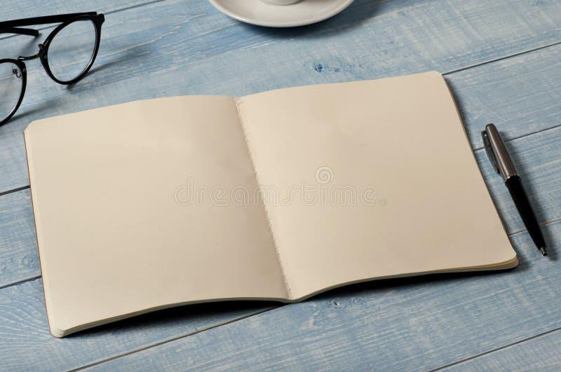 Tabla de Ministerio del Interior con el cuaderno abierto con las páginas en blanco imagenes de archivo
