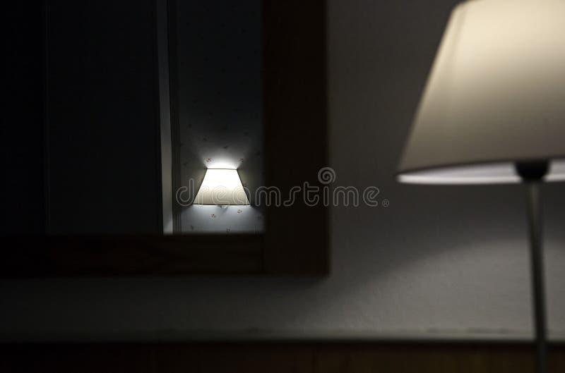 Tabla de noche de la lámpara imágenes de archivo libres de regalías