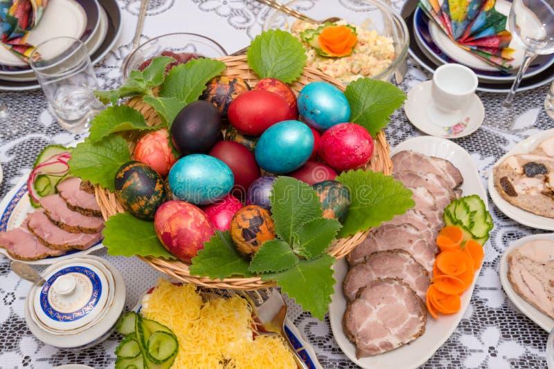 Tabla de Pascua que fija la comida tradicional imagenes de archivo