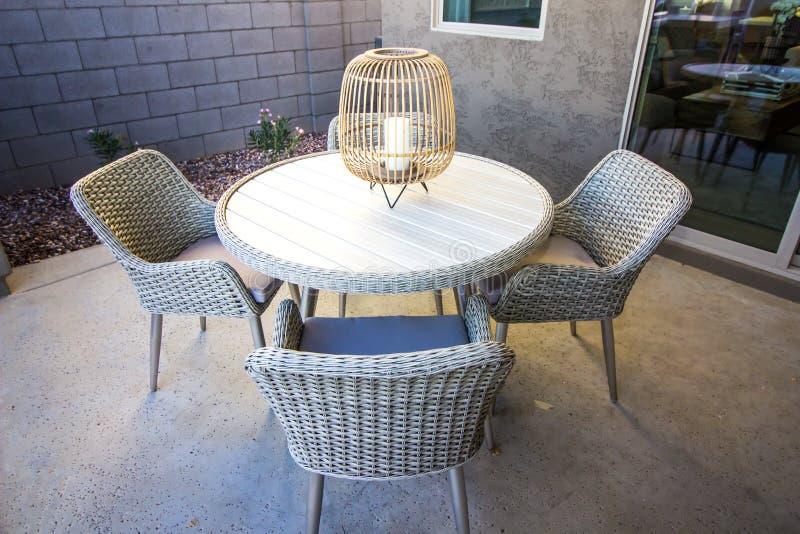 Tabla de patio de mimbre redonda con las sillas fotografía de archivo libre de regalías