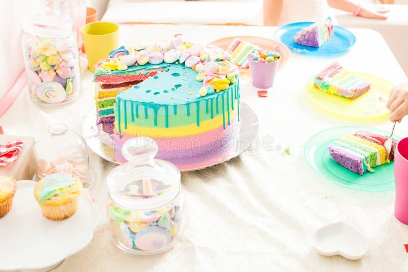 Tabla del cumpleaños con los dulces del cumpleaños fotos de archivo libres de regalías