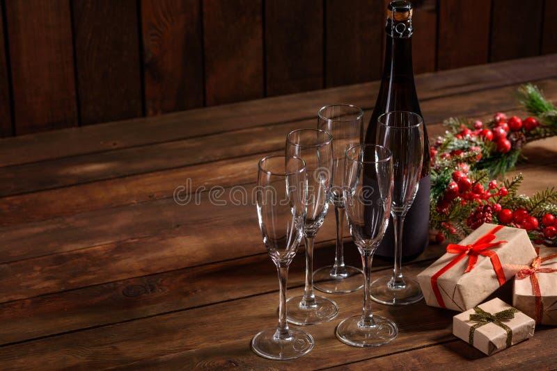 Tabla del día de fiesta de la Navidad con vidrios y una botella de vino del champán fotos de archivo libres de regalías