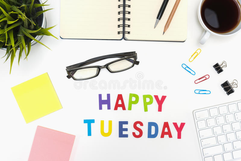 Tabla del escritorio de oficina con la palabra feliz de martes imagen de archivo