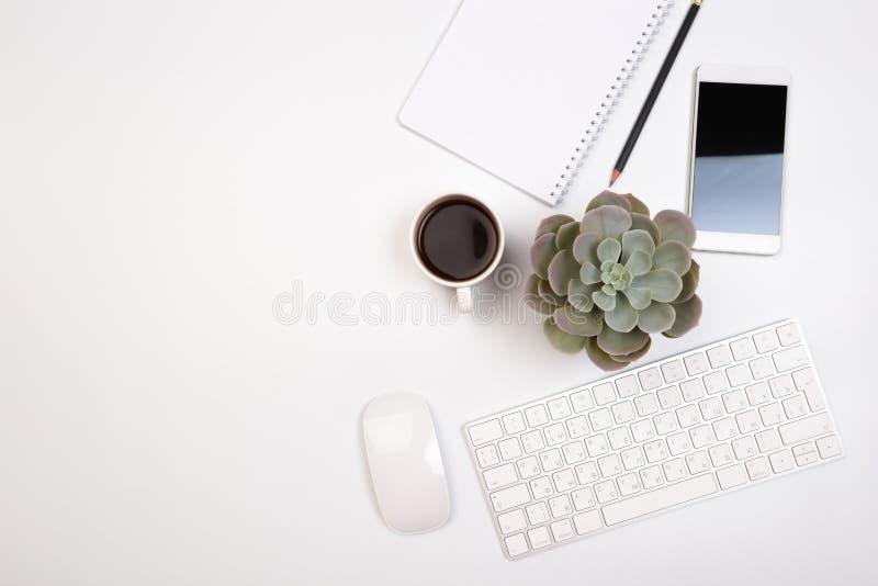 Tabla del escritorio de oficina con las fuentes Lugar de trabajo y objetos planos del negocio de la endecha Visi?n superior Copie fotografía de archivo libre de regalías