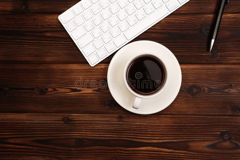 Tabla del escritorio de oficina con las fuentes Lugar de trabajo y objetos planos del negocio de la endecha Visi?n superior Copie imagen de archivo