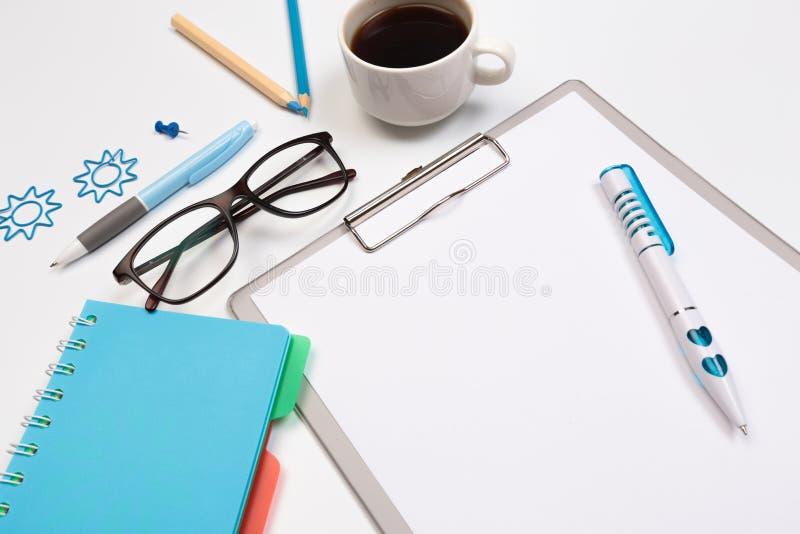 Tabla del escritorio de oficina con las fuentes Lugar de trabajo y objetos planos del negocio de la endecha Visi?n superior Copie fotos de archivo