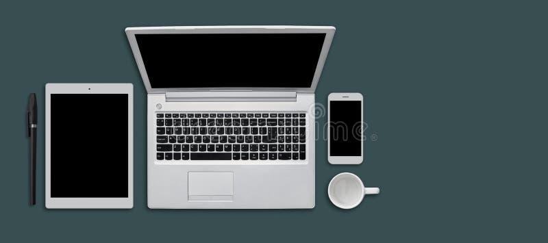 Tabla del escritorio de oficina con los artilugios, la taza y la pluma modernos Dispositivos modernos en superficie plana: tablet libre illustration