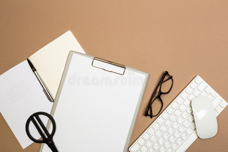 Tabla del escritorio de oficina con los vidrios y las tijeras del cuaderno del teclado del tablero Mofa encima de la plantilla Vi imágenes de archivo libres de regalías