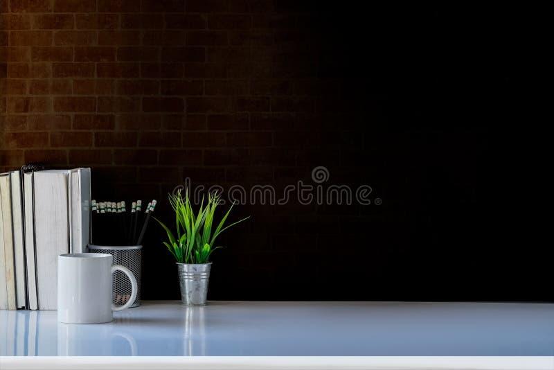 tabla del escritorio del negocio con mofa encima de los accesorios imagen de archivo