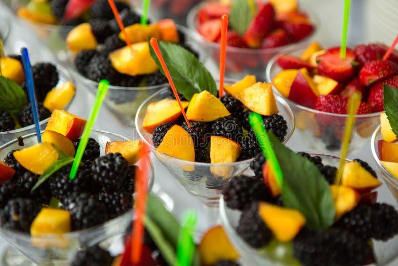 Tabla del evento de la boda de la comida del abastecimiento Línea de la comida fría en la boda Primer delicioso del aperitivo fotografía de archivo libre de regalías
