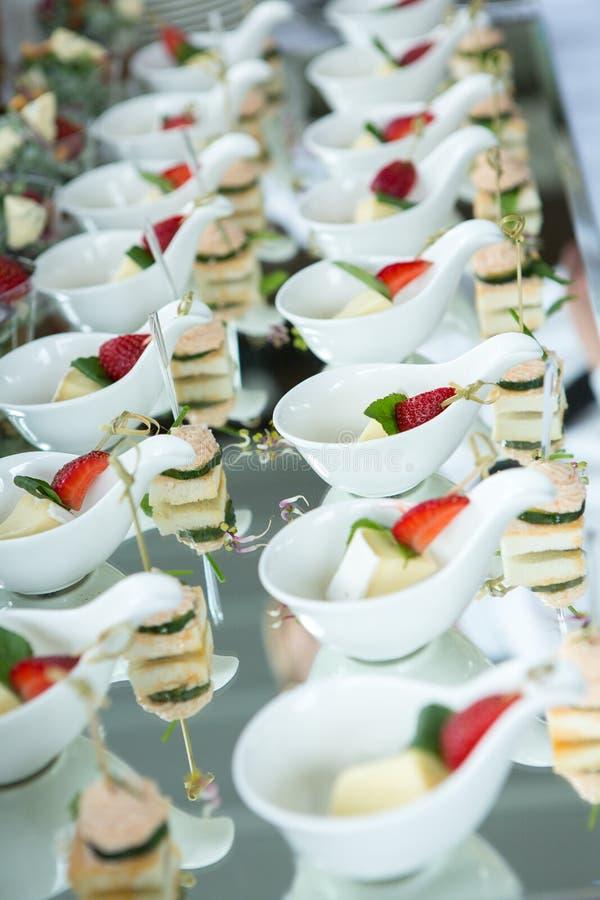 Tabla del evento de la boda de la comida del abastecimiento Línea de la comida fría en la boda Primer delicioso del aperitivo fotos de archivo