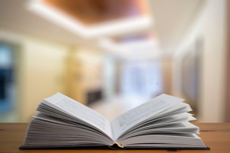 Tabla del libro en el cuarto imagen de archivo