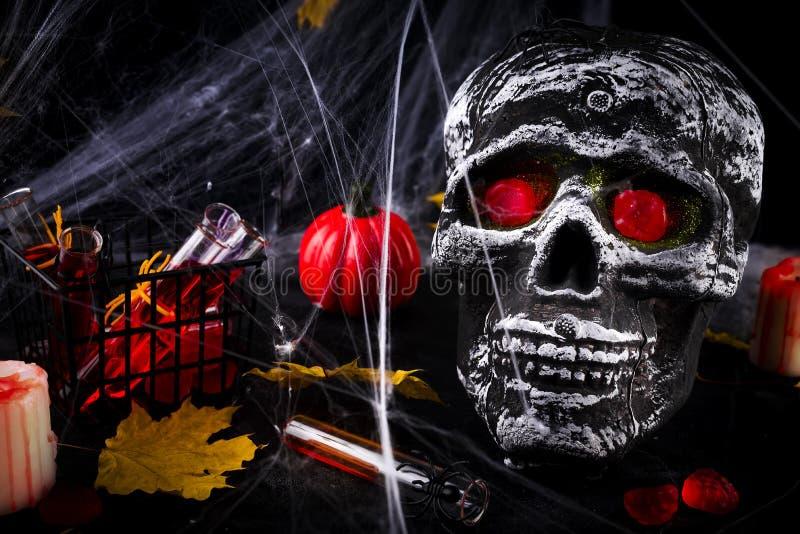 Tabla del partido del feliz Halloween con el web de araña y las velas ardientes foto de archivo libre de regalías