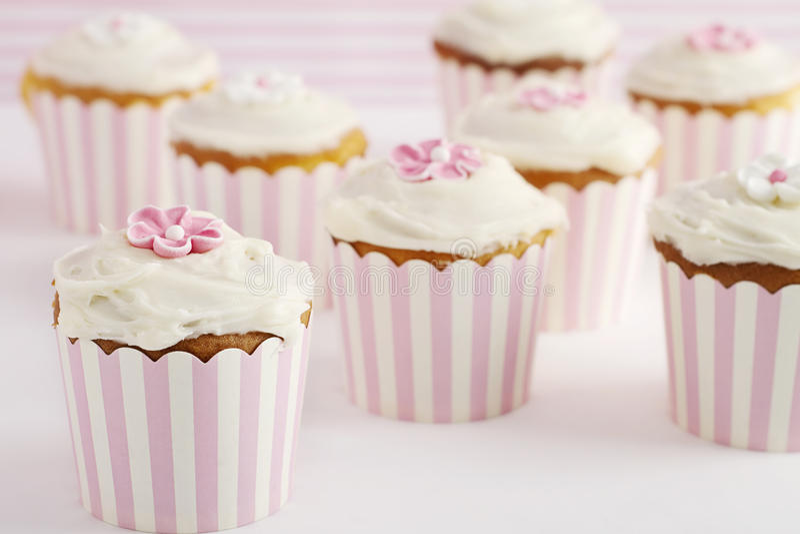 Tabla del postre de magdalenas retras rosadas y blancas del estilo imagen de archivo libre de regalías