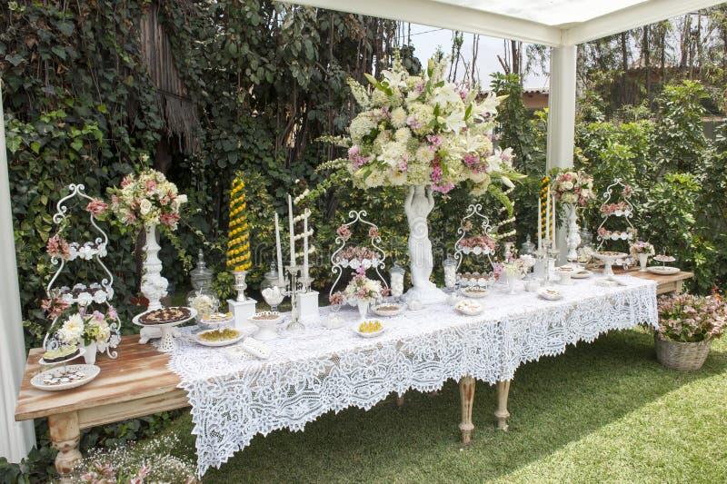 Tabla del postre o barra de caramelo dulce Banquete de boda Luz natural Macaron y pirámide del merengue foto de archivo